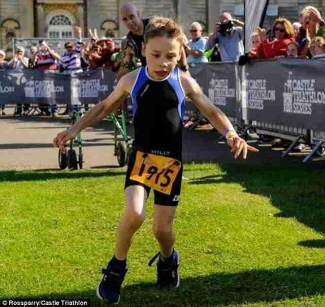 Ένα μικρό παιδάκι με εγκεφαλική παράλυση τερματίζει σε τρίαθλο και συγκινεί με τις αντιδράσεις του!