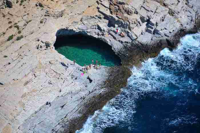 «Το δάκρυ της Αφροδίτης». Η φυσική πισίνα που τη χωρίζουν μερικά εκατοστά από την θάλασσα