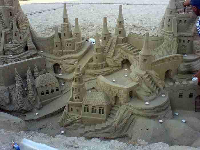 Ένας τουρίστας χτίζει στην άμμο «Παρθενώνες». Δείτε το έργο τέχνης, που φτιάχτηκε στην Πάρο και σαρώνει στο διαδίκτυο