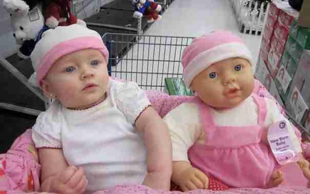 20 μωρά που μοιάζουν καταπληκτικά με τις κούκλες τους!