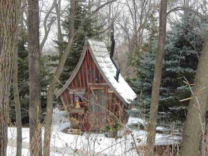 Ένας ξυλουργός κατασκευάζει σπίτια που μοιάζουν σαν να ξεπήδησαν από παραμύθι!