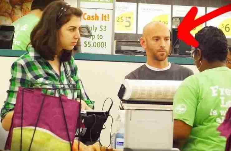Μια γυναίκα πηγαίνει στο ταμείο για να πληρώσει. Προσέξτε τι κάνει ο άντρας πίσω της