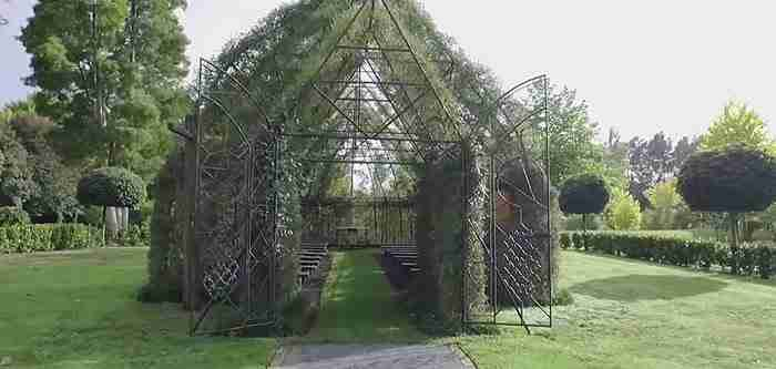 Χρειάστηκε 4 χρόνια για να κατασκευάσει αυτό το υπέροχο εκκλησάκι από δέντρα!