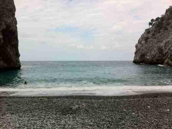 Η πιο συγκλονιστική παραλία της Εύβοιας που λίγοι άνθρωποι γνωρίζουν!