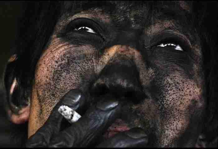 Ένας εργάτης ανθρακωρυχείου από την Κίνα κάνει διάλειμμα για τσιγάρο και μερικές ανάσες.