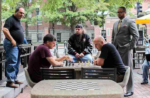 Τέσσερις εντελώς διαφορετικοί τρόποι ζωής μαζί σε ένα παιχνίδι σκάκι. Βοστόνη