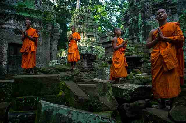 Βουδιστές μοναχοί στο ναό Angkor.