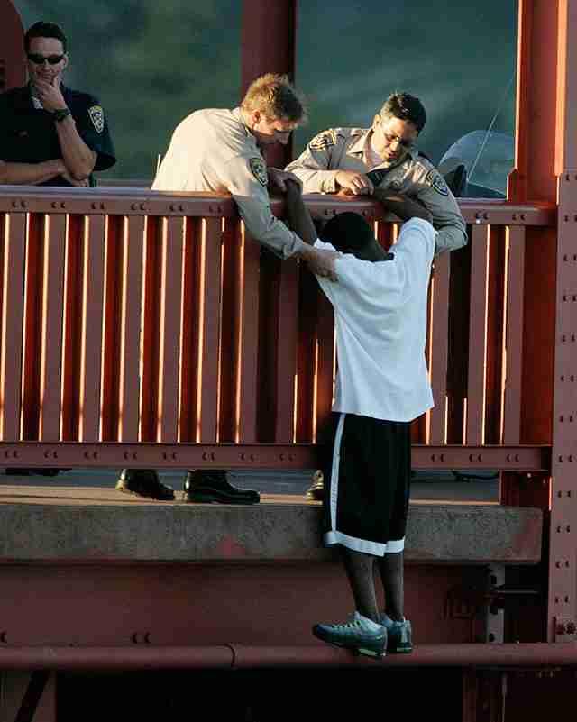 Αστυνομικοί προσπαθούν να αποτρέψουν έναν άντρα να αυτοκτονήσει πηδώντας από την γέφυρα Golden Gate. Καλιφόρνια.