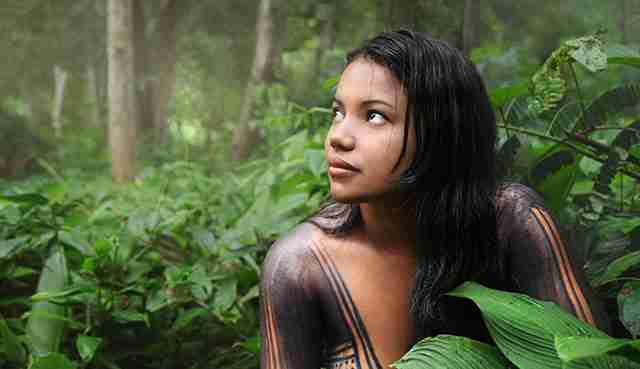 Μια όμορφη κοπέλα φυλής του Αμαζόνιου.