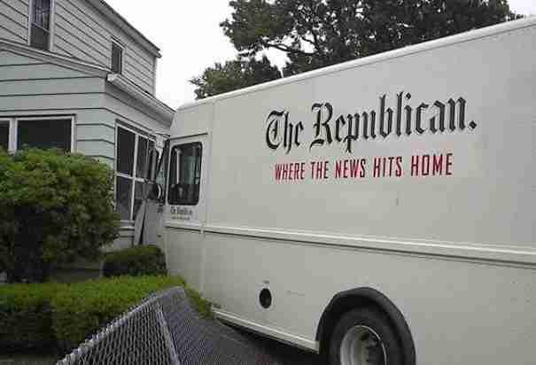 """Πάνω στο βαν γράφει: """"The Republican. Όταν η είδηση σε επισκέπτεται στο σπίτι σου"""". Κυριολεκτικά όμως.."""