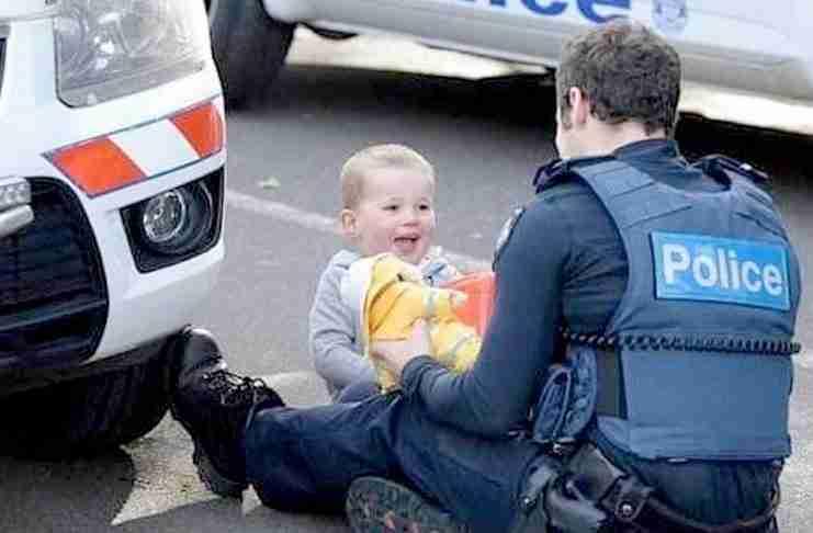 Αυτή είναι η φωτογραφία του αστυνομικού που παίζει με το παιδί.