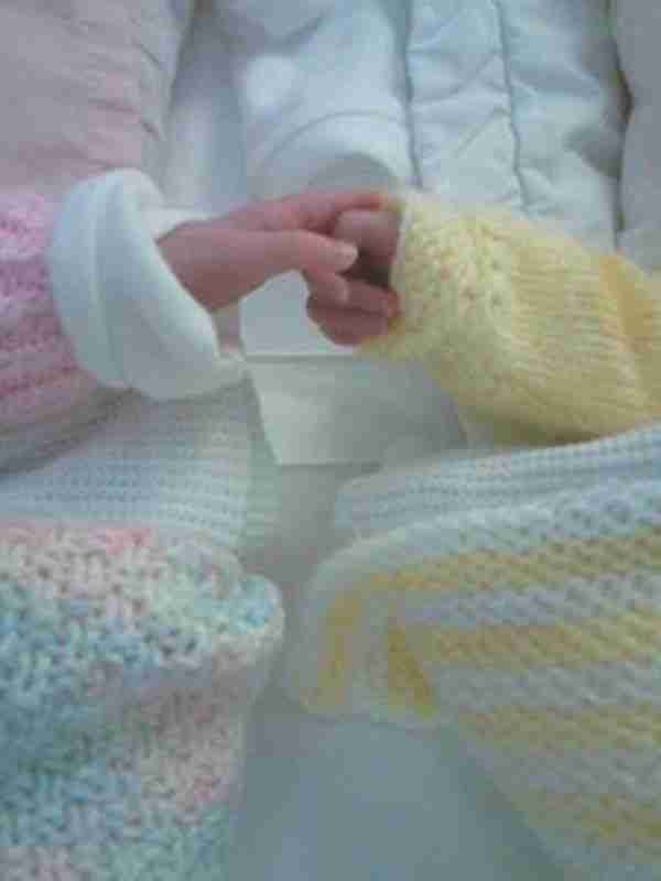 Μια μαμά νόμιζε ότι θα γεννήσει φυσιολογικά δίδυμα. Αλλά προσέξτε τα χέρια τους ..