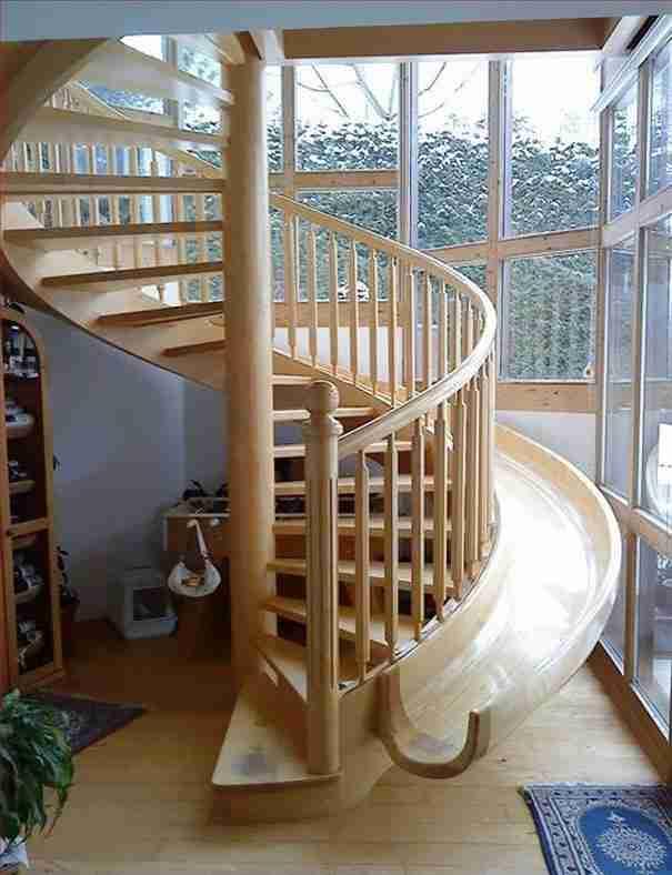 Σκάλες με τσουλήθρα