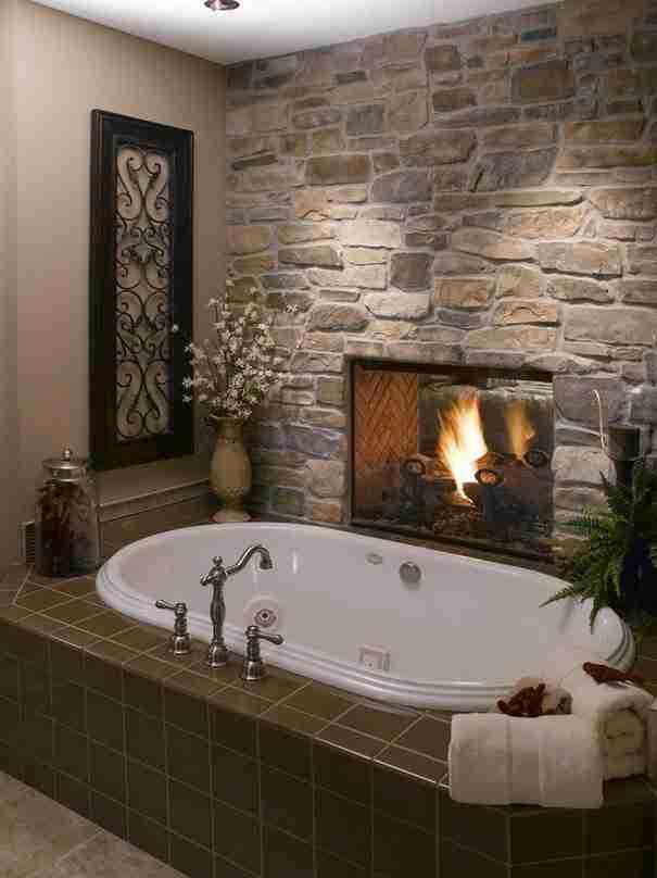 Φτιάξτε το τζάκι ώστε να φαίνεται και από τις δυο πλευρές του τοίχου! Και από το σαλόνι αλλά και από το μπάνιο!