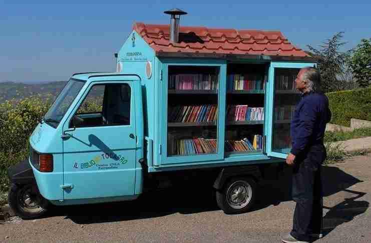 το 2003, αγόρασε ένα τρίκυκλο από δεύτερο χέρι, το τροποποίησε έτσι ώστε να μπορεί να μεταφέρει με αυτό πάνω από 700 βιβλία