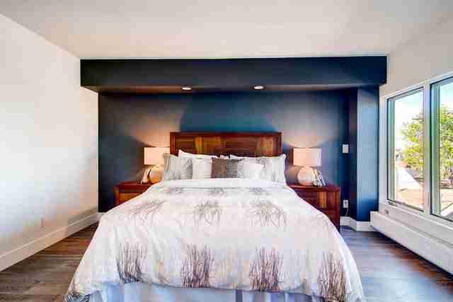 Το σπίτι διαθέτει τρία υπνοδωμάτια, δύο λουτρά, ένα γραφείο και ένα γκαράζ δύο αυτοκινήτων.