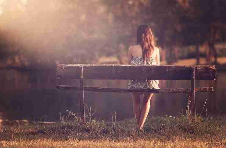 Ένας άντρας προσπέρασε βιαστικά ένα κορίτσι που κάθονταν σε ένα παγκάκι. Αλλά κάτι του έλεγε ότι πρέπει να γυρίσει..