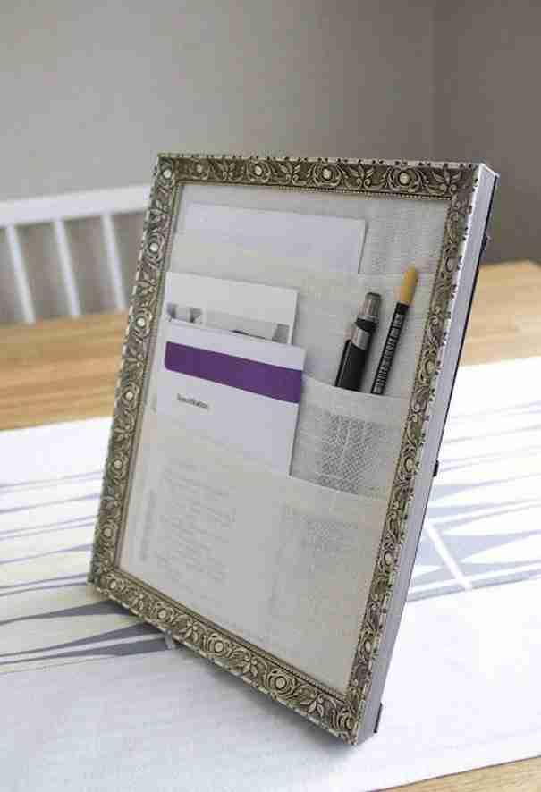 Χρησιμοποιήστε μια κορνίζα για να ταχτοποιήσετε τα χαρτιά σας στο γραφείο σας.