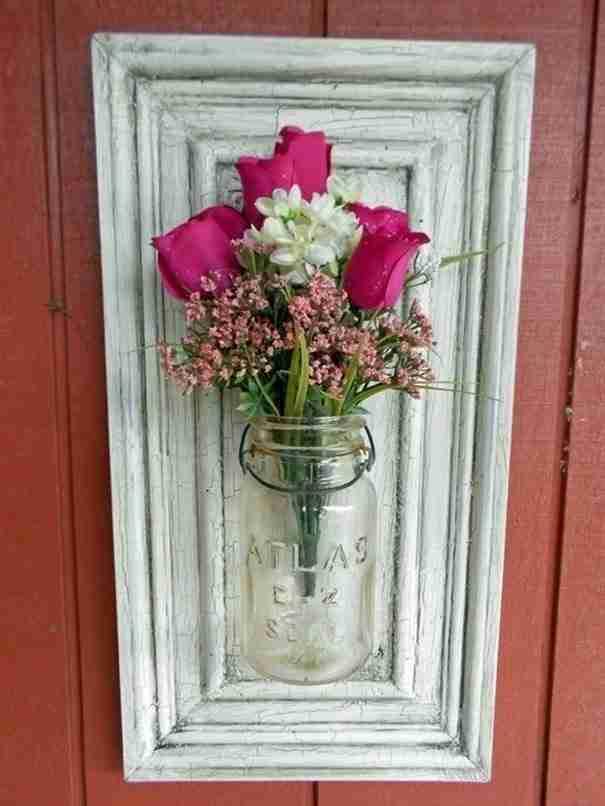 Βάλτε μια κορνίζα στο τοίχο και προσθέστε ένα βάζο και μερικά λουλούδια. Δεν είναι όμορφο το αποτέλεσμα;