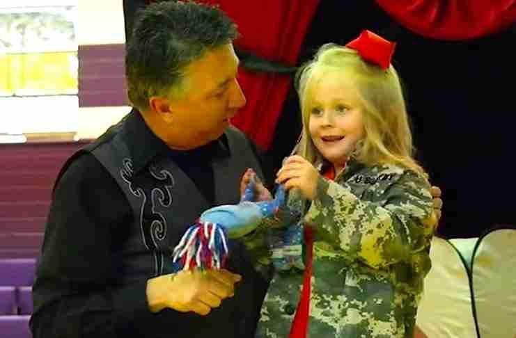 Το κοριτσάκι είπε στον μάγο ότι οι γονείς του υπηρετούν στο στρατό. Δείτε τι έκανε εκείνος στη συνέχεια