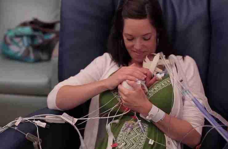 Η μητέρα Lyndsey κρατά στην αγκαλιά της τον γιο της για πρώτη φορά, τέσσερις μέρες μετά την πρόωρη γέννησή του