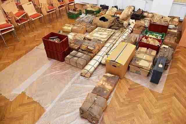 Στα κρυμμένα ράφια ο πατέρας του Schlattner είχε κρύψει συνολικά 70 πακέτα.