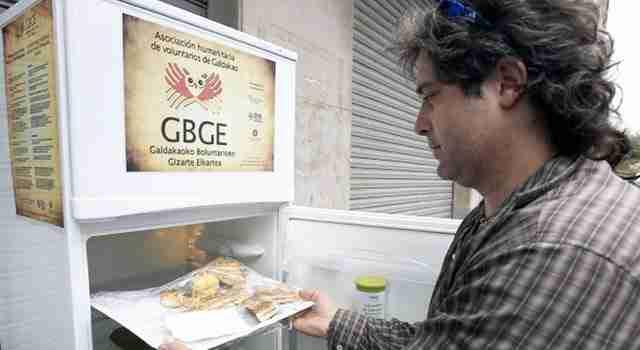 Σε μια πόλη της Ισπανίας τοποθέτησαν ένα ψυγείο στο δρόμο για να τρώνε οι άστεγοι!