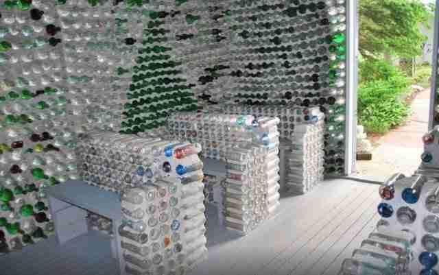 Ακόμη και τα στασίδια αλλά και ο βωμός είναι και αυτά από μπουκάλια.