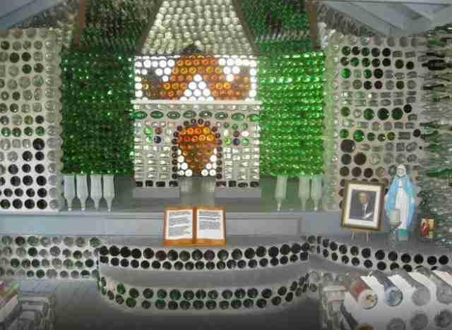 Το τρίτο κτίριο που έχτισε με μπουκάλια είναι ένα παρεκκλήσι.