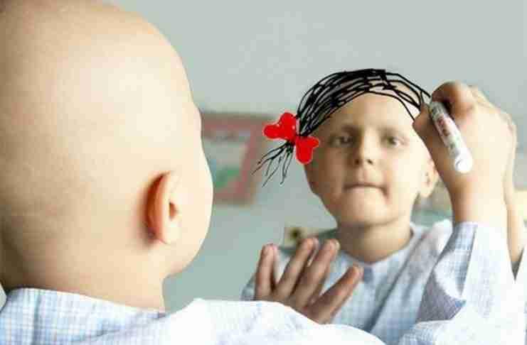 Ένα μικρό κοριτσάκι με καρκίνο ζωγραφίζει στον καθρέπτη την επιθυμία του.