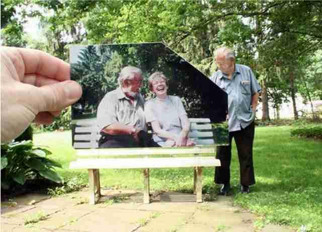 Ένας άνδρας ρίχνει ματιές πίσω στο χρόνο στις στιγμές που πέρασε με την γυναίκα του σε αυτό το παγκάκι.