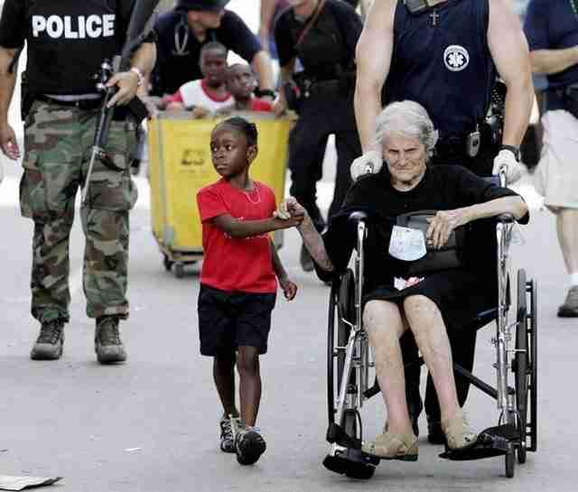 Η 5χρονη Τανίσα Μπλέβιν κρατά το χέρι της Νίτα Λαγκάρντε.