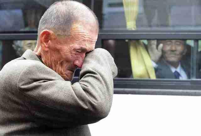 Ένας άνθρωπος στη Βόρεια Κορέα κλαίει με αναφιλητά καθώς βλέπει τον συγγενή του να φεύγει για την Νότια Κορέα.
