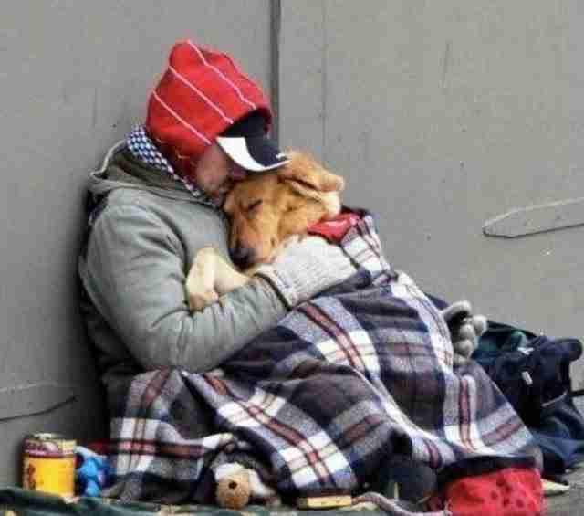 Ένας άστεγος μοιράζεται την κουβέρτα του με τον σκύλο του