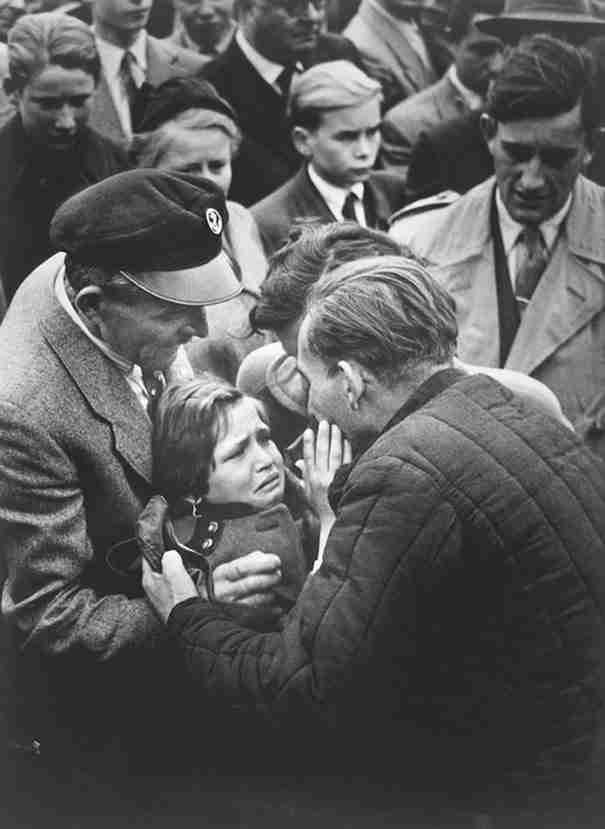 Ένας Γερμανός κρατούμενος του Β 'Παγκοσμίου Πολέμου, που απελευθερώθηκε από τη Σοβιετική Ένωση, βλέπει ξανά την κόρη του.