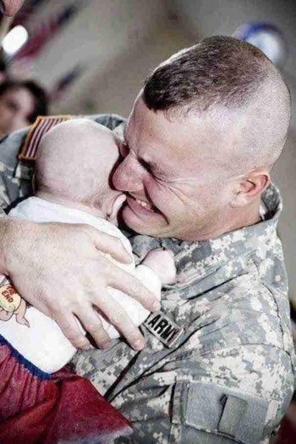 Ένας στρατιώτης συναντά το μωρό του για πρώτη φορά.