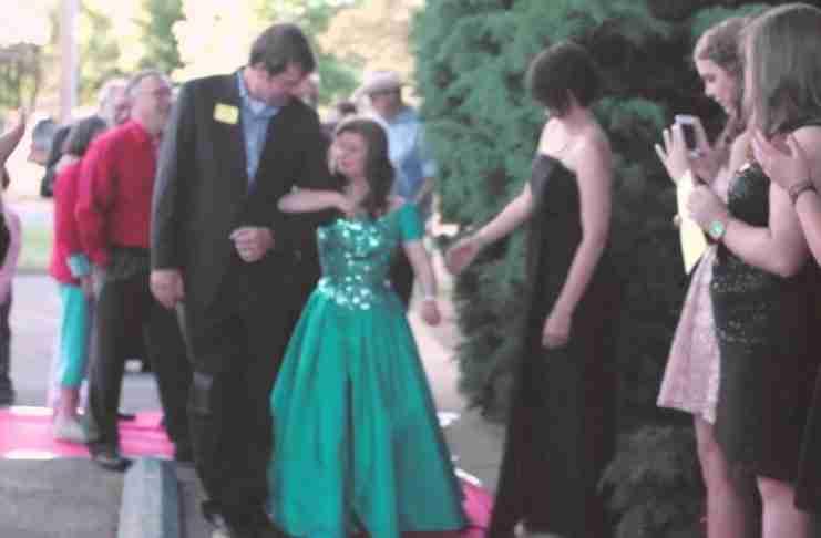 Αυτός δεν είναι ένας συνηθισμένος χορός αποφοίτησης. Απλά δείτε ποιοι μπαίνουν στην αίθουσα