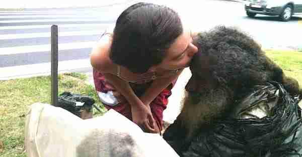 Μετά από 35 χρόνια ένας άστεγος ποιητής και συγγραφέας βρίσκει την οικογένεια του