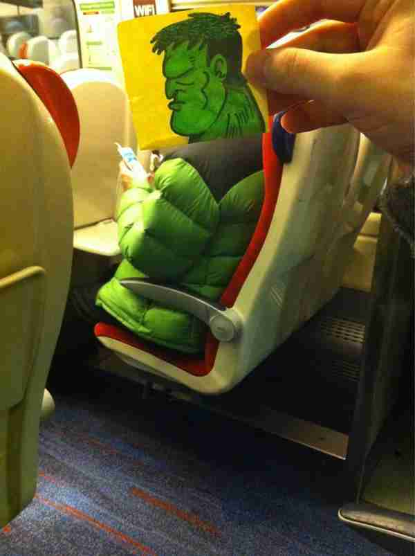 Βρήκε μια έξυπνη λύση για να μην βαριέται στο τρένο!