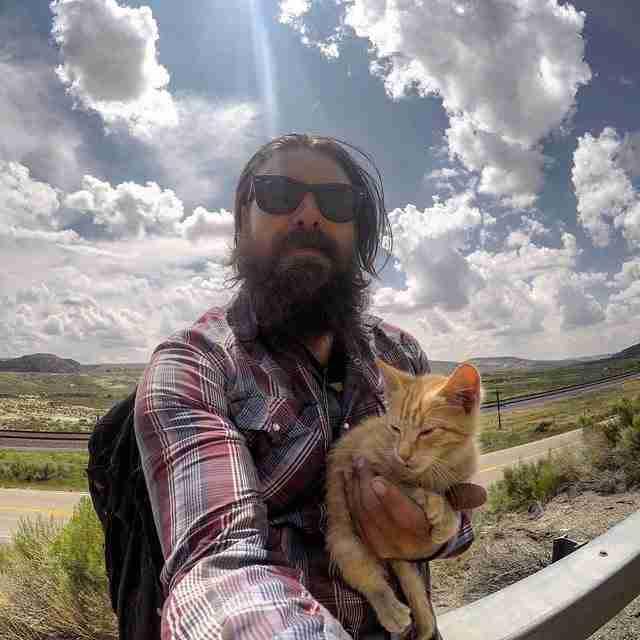 Ένας μοτοσικλετιστής βρήκε στο δρόμο του ένα γατάκι με εγκαύματα και το πήρε μαζί του στο ταξίδι του..