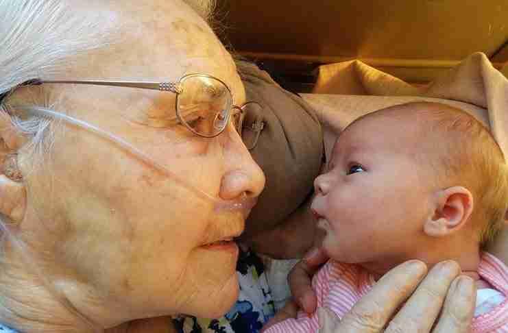 Μια 92χρονη βλέπει το 2 ημερών εγγονάκι της για πρώτη φορά!