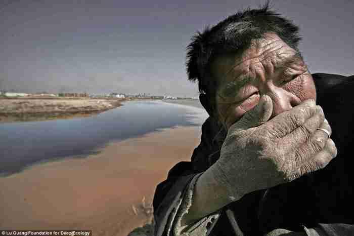 Ένας αγρότης στην Μογγολία δεν μπορεί να αντέξει τη βρώμα του Κίτρινου Ποταμού.