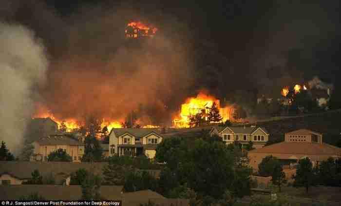 Μια καταιγίδα φωτιάς καταστρέφει το Κολοράντο.