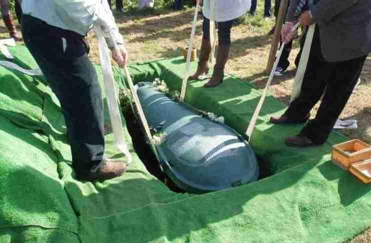 Ήθελε να τον θάψει η γυναίκα του μαζί με όλα τους τα χρήματα. Αλλά η σύζυγος είχε κάτι άλλο στο μυαλό της
