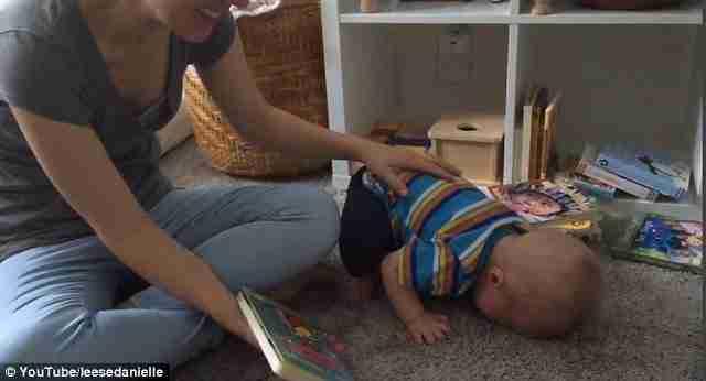 Ένας μικροσκοπικός βιβλιοφάγος! Το μωρό που κλαίει ασταμάτητα κάθε φορά που τελειώνει ένα παραμύθι!