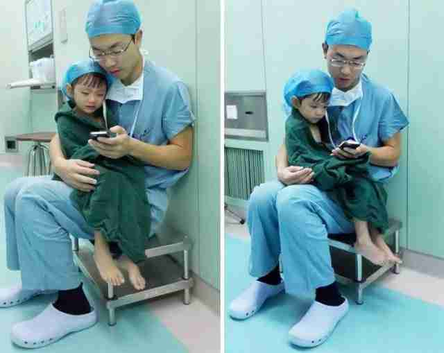 Χειρουργός βρίσκει λίγο χρόνο για να ηρεμήσει τρομοκρατημένο παιδί που θα εγχειριστεί στη καρδιά