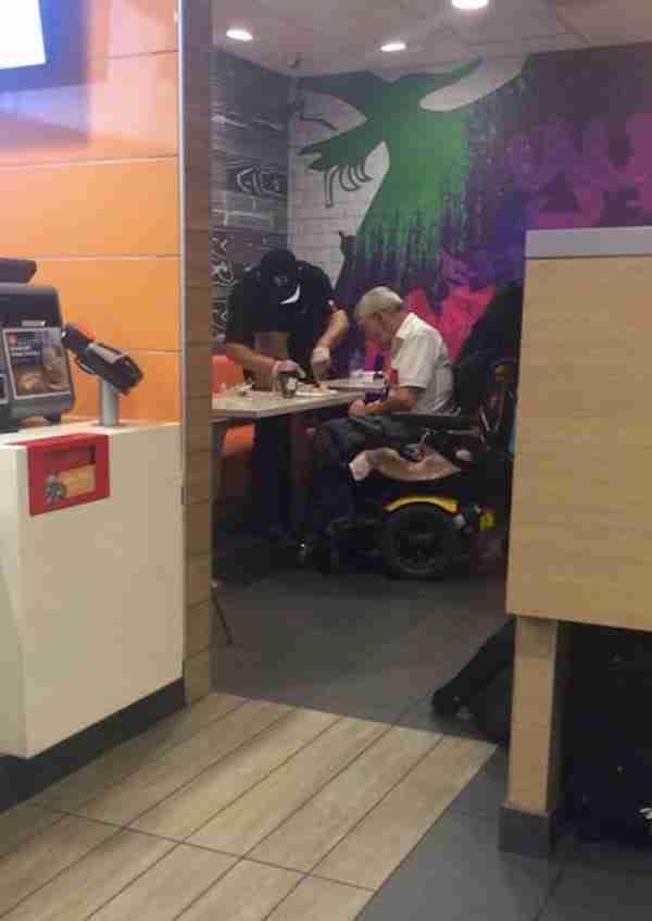 Φωτογράφισε ένα υπάλληλο ενός McDonald's να κάνει αυτό σε έναν ηλικιωμένο. Πλέον η φωτογραφία έχει γίνει viral
