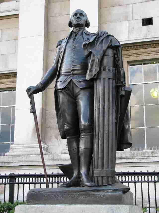 Για να σεβαστούν την επιθυμία του Τζορτζ Ουάσιγκτον που δεν ήθελε να πατήσει ποτέ σε αγγλικό έδαφος, μεταφέρθηκε χώμα από τις Ηνωμένες Πολιτείες και τοποθετήθηκε κάτω από το άγαλμά του