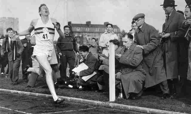 Στις 6 Μαΐου του 1954, ο Σερ Ρότζερ Μπάνιστερ ήταν ο πρώτος άνθρωπος που έτρεξε το ένα μίλι σε τρία λεπτά και 59,4 δευτερόλεπτα.