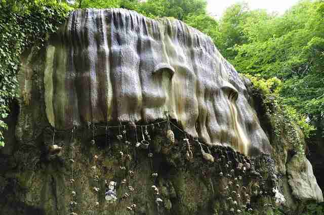 Το Petrifying Well στο Knaresborough είναι ένας καταρράκτης που μετατρέπει ότι πέσει μέσα του σε πέτρα.